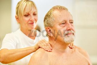 Senior Patient bekommt eine Rückenmassage
