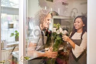 Floristen Team mit Strauß frischer Rosen