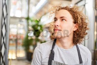 Junger Mann als Florist oder Gärtner Azubi