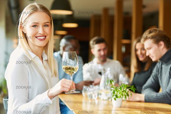 Junge Frau mit einem Glas Weißwein