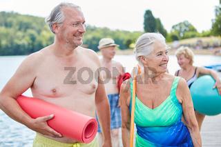 Sportliches Senioren Paar am Strand