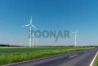 Windkraftanlagen und eine Landstraße