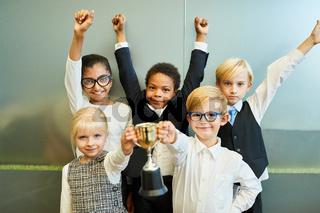 Kinder als Business Start-Up Team mit Siegerpokal