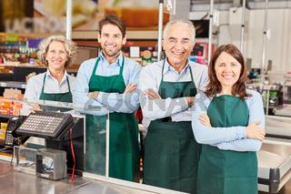 Gruppe Verkäufer an Kasse im Supermarkt