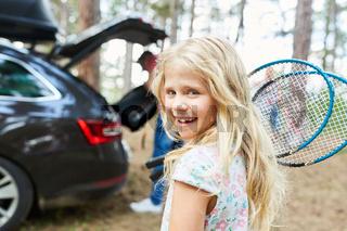 Mädchen mit Badminton Schlägern freut sich