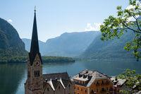 Hallstatt, Oesterreich, Blick auf die Ortschaft mit Hallstaetter See und Bergen