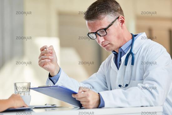 Arzt in der Verwaltung liest eine Akte