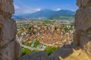 Riva del Garda, Blick von der Burgruine Il Bastione auf die Altstadt, Trient, Italien