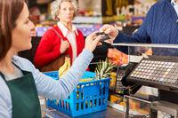Kunde bezahlt mit Kreditkarte oder Kundenkarte