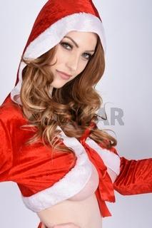 Schone, vollbusige Rothaarige, gekleidet als Sexy Santa, impliziert Oben Ohne