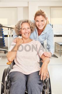Physiotherapeutin mit Senior Frau im Rollstuhl