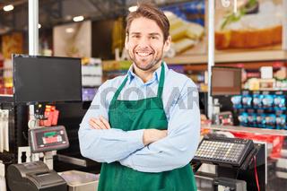 Mann als zufriedener Verkäufer oder Kassierer