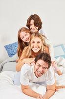 Fröhliche Familie mit zwei Kindern hat Spaß
