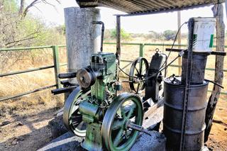 altes Dieselaggregat auf einer Farmer Station Namibia