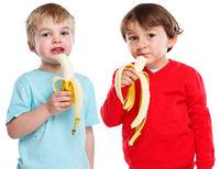 Kinder essen Banane Obst Frucht gesunde Ernährung isoliert Freisteller freigestellt