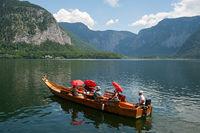 Hallstatt, Oesterreich, Touristen machen eine Bootstour auf dem Hallstaetter See