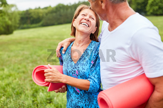Vitales Senioren Paar macht einen Spaziergang