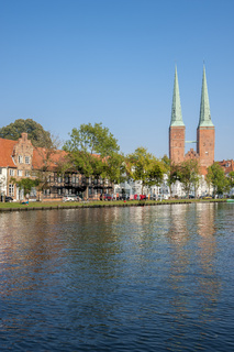 Historisches Stadtbild am Fluss Trave in Lübeck