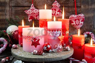 Bunte Kerzen und festliche Dekoration