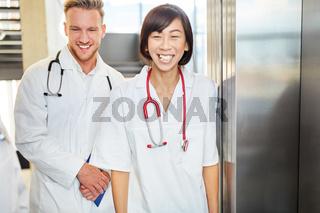 Zwei junge Ärzte oder Krankenpfleger