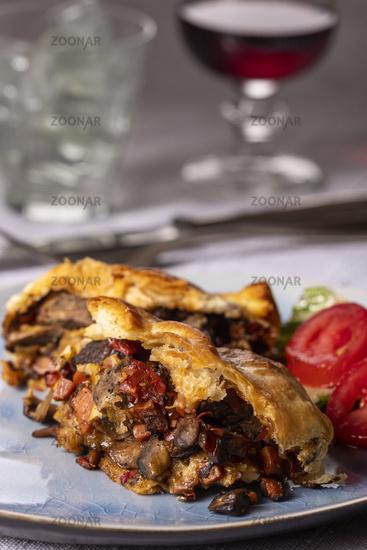 Steak in Blätterteig auf einem Teller
