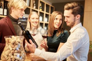 Junge Leute im Bistro bei der Weinverkostung