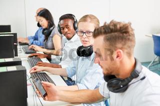 Kollegen arbeiten Seite an Seite am Computer