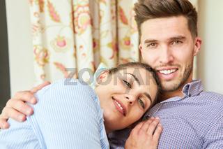Verliebtes junges Paar kuschelt sich aneinander