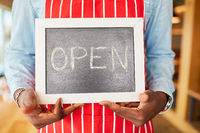 Tafel mit dem Wort Open aus Kreide im Restaurant