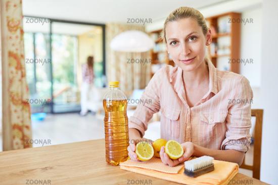 Hausmittel zum Reinigen aus Zitrone und Essig