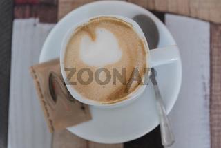 frisch servierter Kaffee - Melange in Vogelperspektive