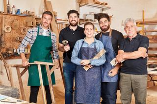 Handwerker Team mit Meister und Azubis