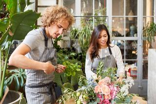 Floristen Team beim Blumen binden im Laden