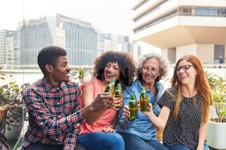 Fröhliches Kollegen Team beim Bier trinken