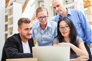 Junge Leute als Entwickler Team am Laptop
