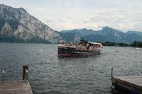 Altmuenster, Oesterreich, Touristen machen auf dem Traunsee eine Bootstour