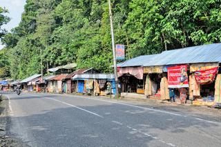 Geschäfte am Straßenrand von Anai Sumatra Indonesien.jpg