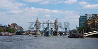 Mit dem Schiff auf der Themse zur 'Tower Bridge' - London