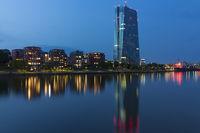 Die EZB in Frankfurt bei Nacht
