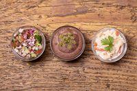 drei mexikanische Salsas auf dunklem Holz