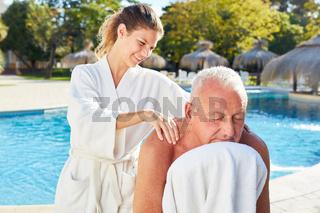 Alter Mann bekommt Rücken Massage