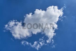 Einzelne weiße Wolke vor einem blauen Himmel