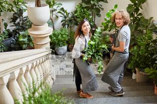 Floristen Team von Eventfloristik liefert Pflanzen
