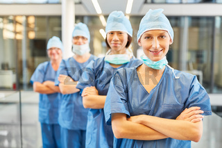 Gruppe Chirurgen als selbstbewusstes Ärzteteam