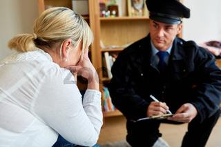 Polizist befragt Opfer nach Einbruch in Haus