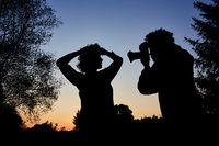 Fotograf macht Porträtfotos in der blauen Stunde