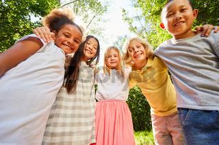 Multikulturelle Gruppe Kinder für Freundschaft