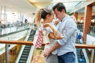 Verliebtes Paar in einem Einkaufszentrum