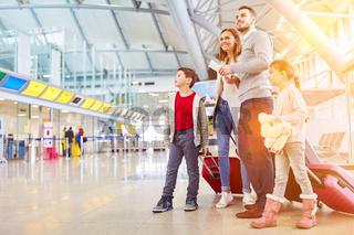 Familie im Urlaub am Flughafen oder Bahnhof