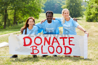 Ehrenamtliche Aktivisten werben für Blutspende